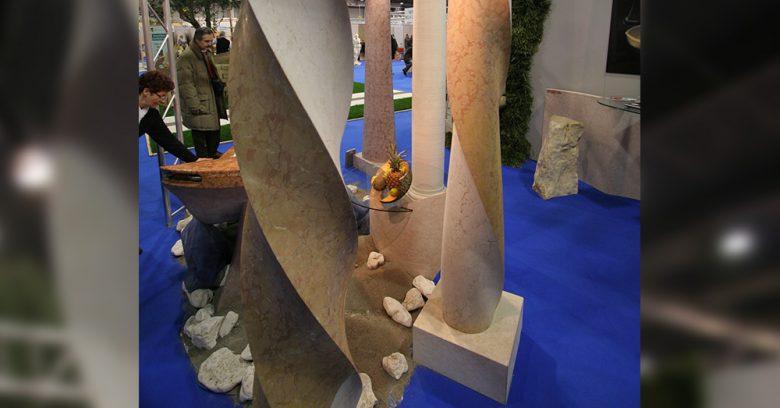 Dettaglio delle colonne in marmo per l'esposizione di Vivi La Casa (2007)