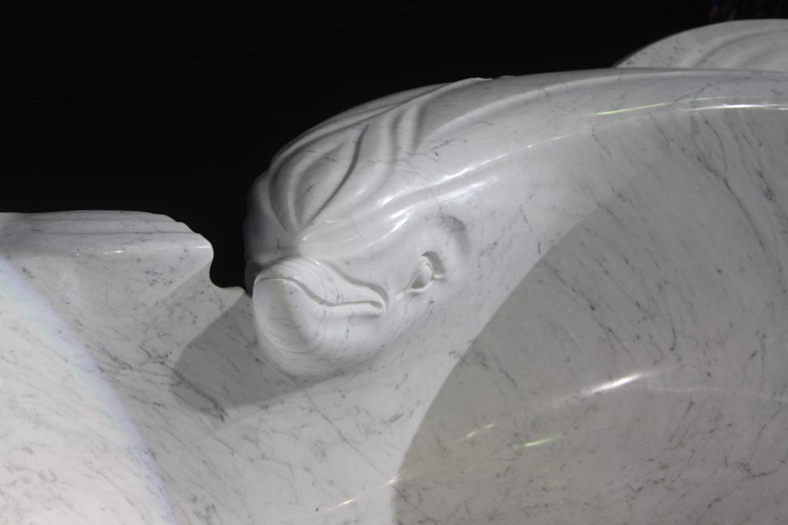 delfini in marmo