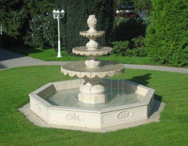 Fontana in marmo realizzata dallo scultore veronese Oscar Sandri