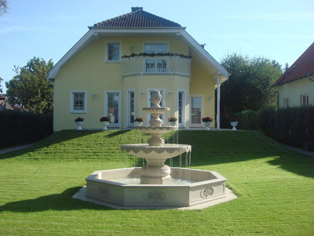 La fontana in marmo Trani posata nei giardini di Berlino