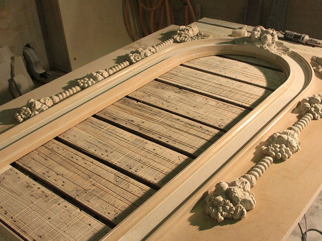 Cornice in marmo dell'altare Santa Maria Immacolata